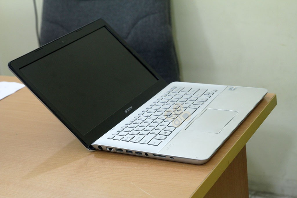 Sony Vaio SVF14A16SGS canh trai