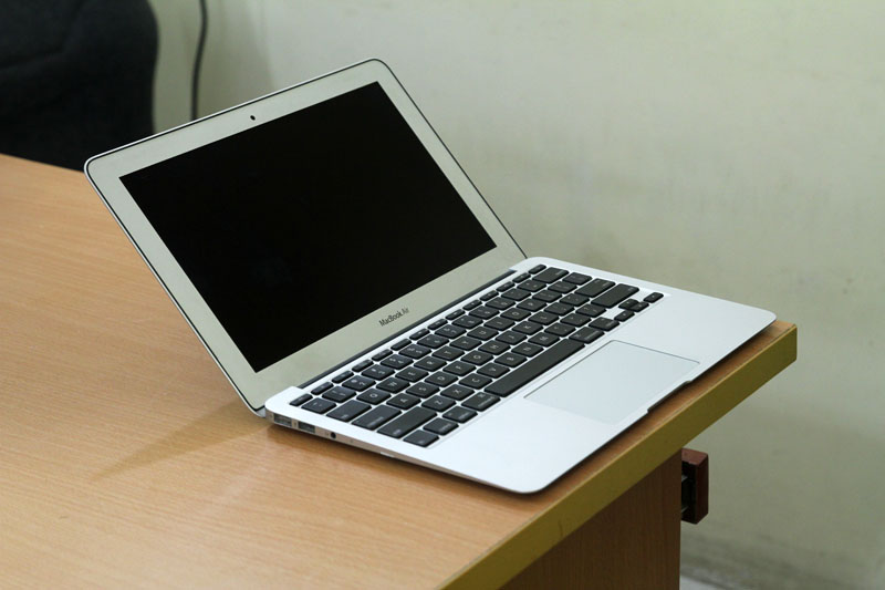 Macbook Air MC505 canh trai