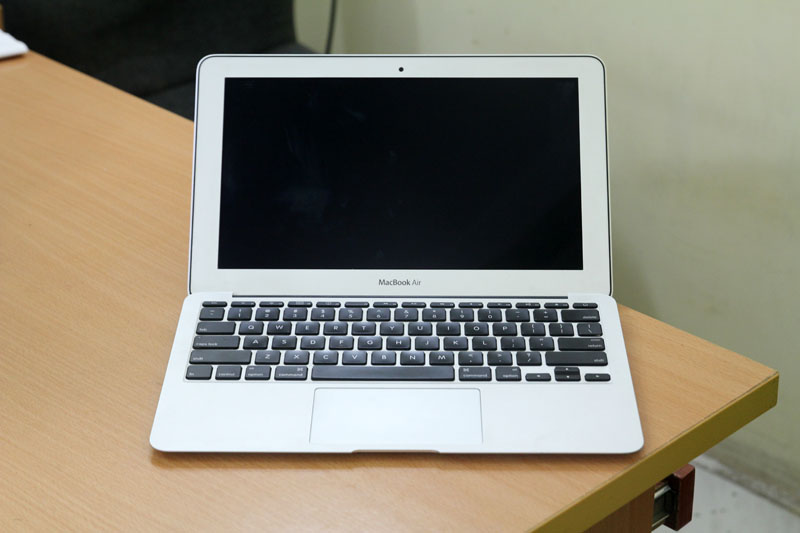 Macbook Air MC505 man hinh