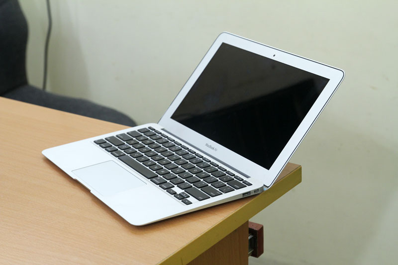 Macbook Air MC505 canh phai