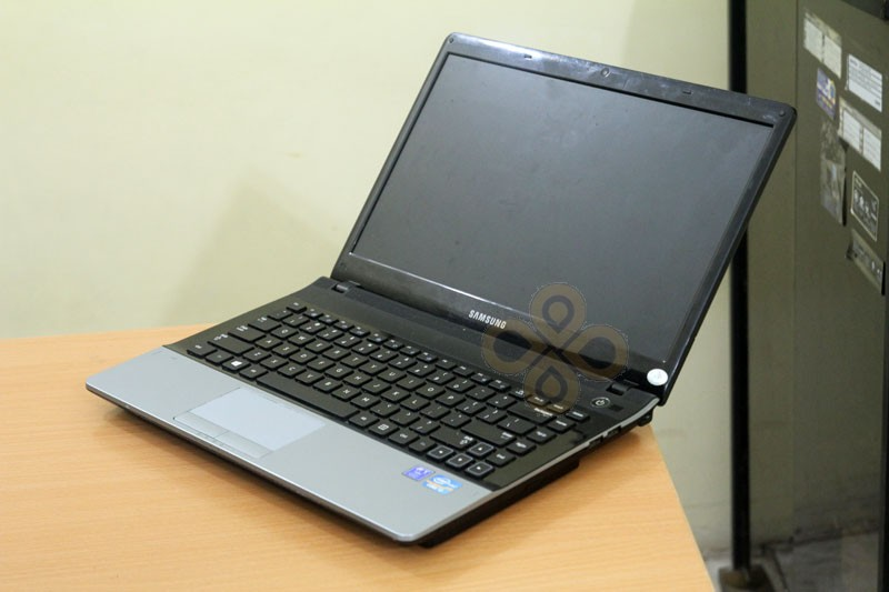 Laptop Samsung NP300E4Z (Core i3 2330M, RAM 2GB, HDD 500GB, Nvidia Geforce GT 520M, 14 inch)